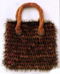 женская вязаная сумочка крючком из пряжи травка