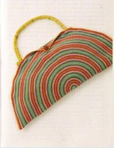 стильная полукруглая вязаная сумка крючком