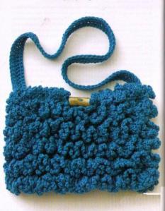 вязаная сумочка крючком с рельефными оборками
