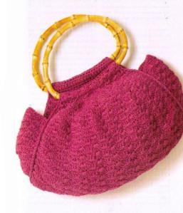 Розовая вязаная сумочка крючком с узором ракушки и деревянными ручками
