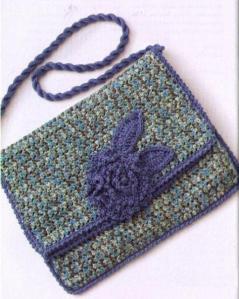 вязаная сумочка с клапаном и цветком из меланжевой пряжи