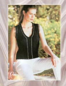 Черный женский вязаный жилет спицами без пуговиц