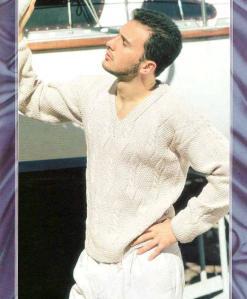 мужской легкий вязаный пуловер спицами с V-образным вырезом