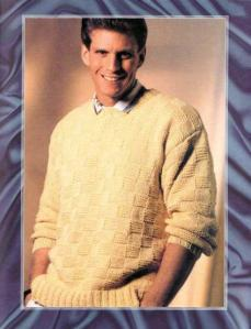 светлый пуловер для мужчины спицами с шахматным рисунком